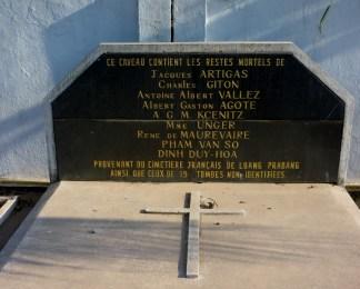 Auf dem Weg von Vientiane nach Ban Sikeud rechts der Straße: der französische Friedhof