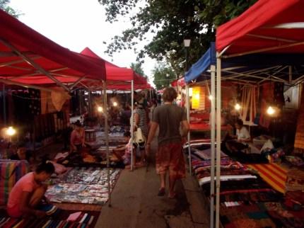 Auf dem Nightmarket werden viele handgemacht und typisch laotische Produkte von lokalen Händlern, Bauern und Handwerkern verkauft, der perfekte Ort um ein individuelles Souvenir zu finden