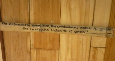 Dieser Spruch an einem Guesthouse in der Nähe von Kasi fasst die Mentalität der Laoten sehr gut zusammen!