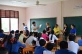 Saythong Insarn klärt über die Anmeldung am Lao-German Technical College auf