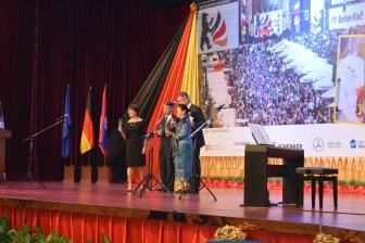 Botschafter Michael Grau mit seienr Frau Marie Guillot, sowie der laotischen Wirtschaftsministerin und dem stellvertretenden Außenminister