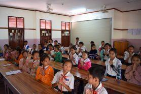 Schulstunde einer 3. Grundschulklasse in der neuen Bibliothek im Oktober