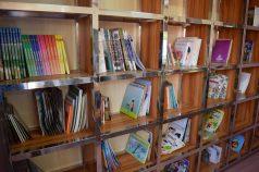Das Bücherregal, aus dem sich alle Kinder bedienen können. Weitere Bücher sollen zukünftig noch angeschafft werden.
