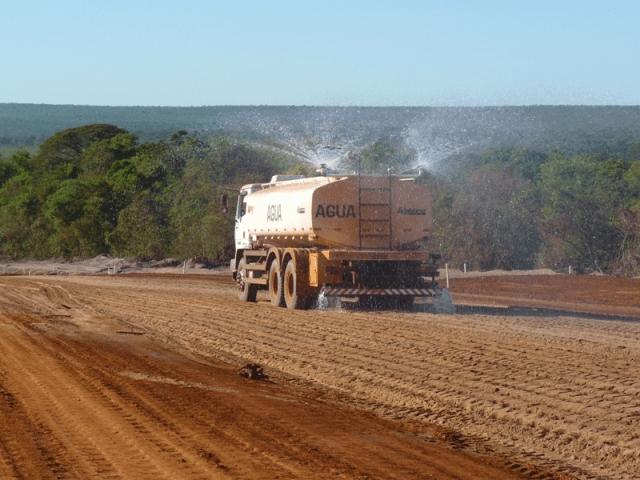 máquinas utilizadas na construção civil Caminhão Pipa blog da engenharia