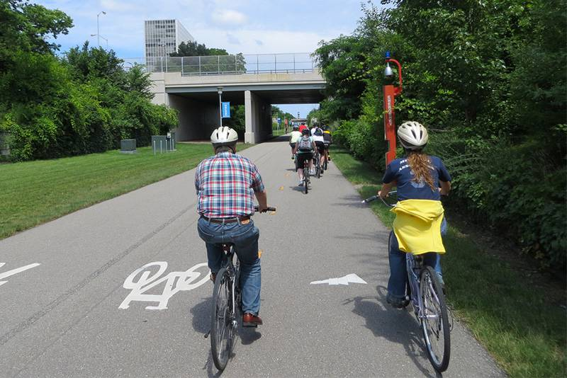Ciclistas pedalando em uma ciclovia.