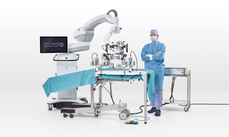 robo musa assistente micro-cirurgia cirurgião ao lado