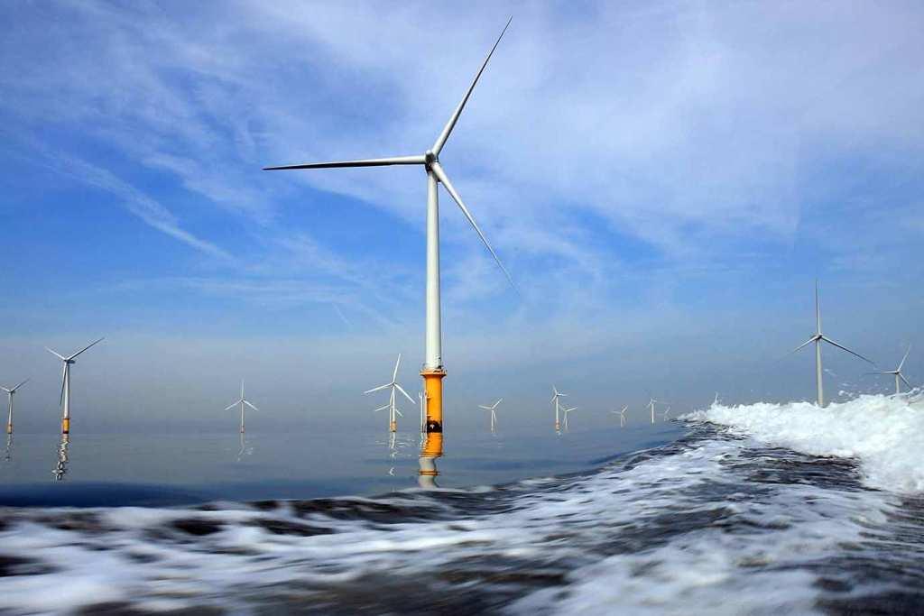 A imagem mostra uma Usina eólica offshore, em que a energia eólica é extraída em alto mar