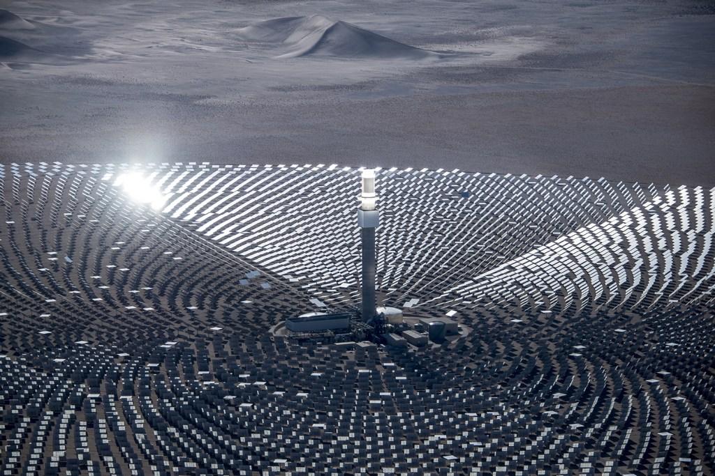 A imagem mostra uma usina termo solar, com coletores para aumentar a radiação nos painéis.