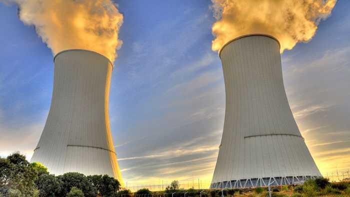 A imagem mostra uma usina nuclear em funcionamento