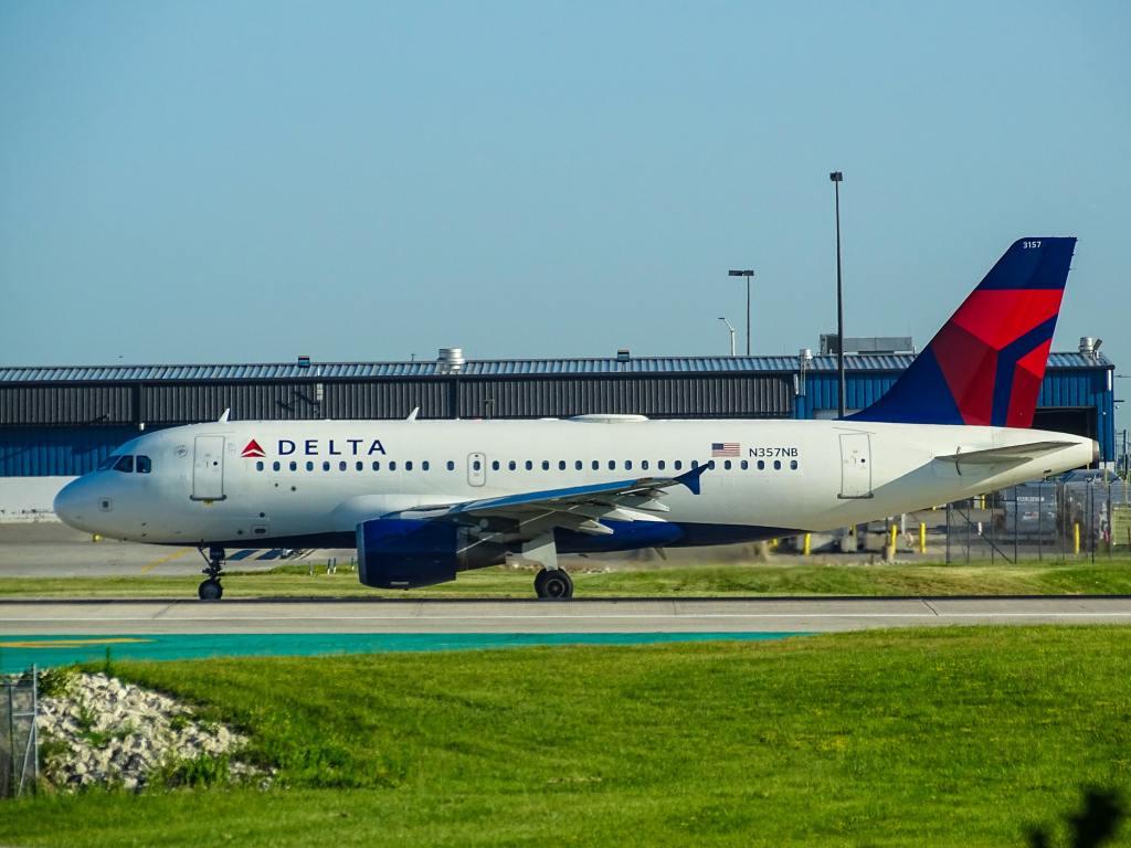 Imagem: Aeronave da Delta Airlines no Milwaukee General Mitchell International Airport, Milwaukee, EUA. Foto: Miguel Ángel Sanz via Unsplash.