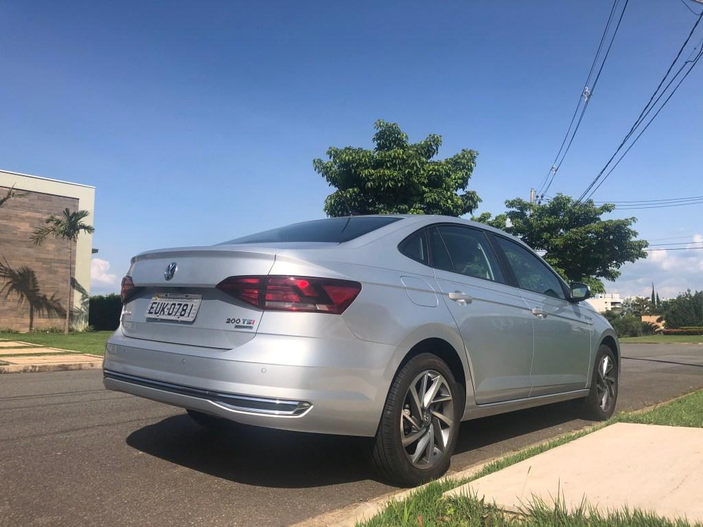 traseira do virtus 200 TSI Volkswagen, céu azul ao fundo