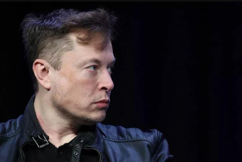 Elon Musk com o cenho franzido - newsweek.com Engenharia 360 - controvérsia COVID 19