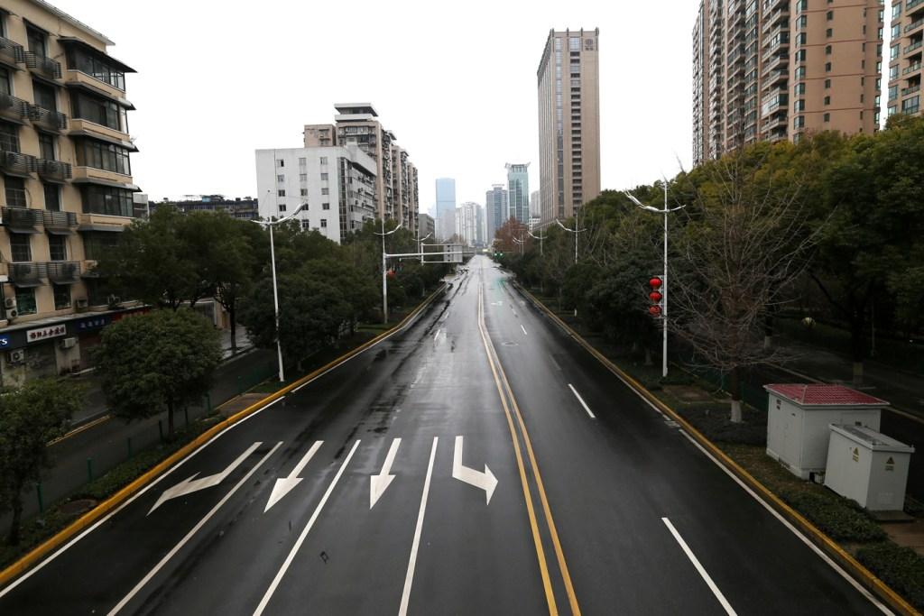 Avenida vazia na China, sem nenhum movimento de carros. Ao fundo céu nublado.
