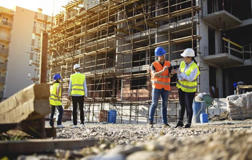 homens em obra de construtora