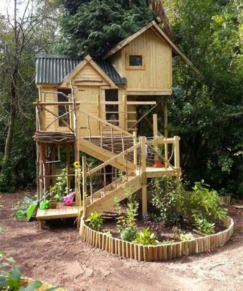 This charming little treehouse designed by Harrison Barnes Limited packs a lot into its small footpr. It also serv