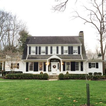 Colonial-home-decorated-for-christmas