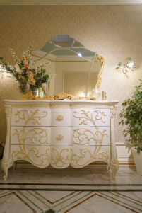 Entryway-white-dressing-with-gold-accents-and-baroque-mirror