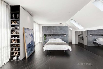 Gray-accents-minimalist-bedroom-with-mirrored-walls