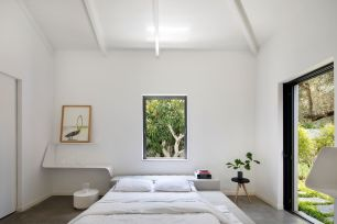 Minimalist-white-bedroom-with-window-above-bed