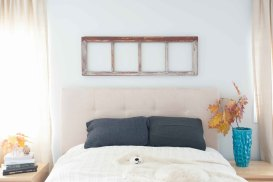 Rustic-frame-above-the-bed