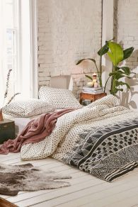 bohemian-room-with-low-bed