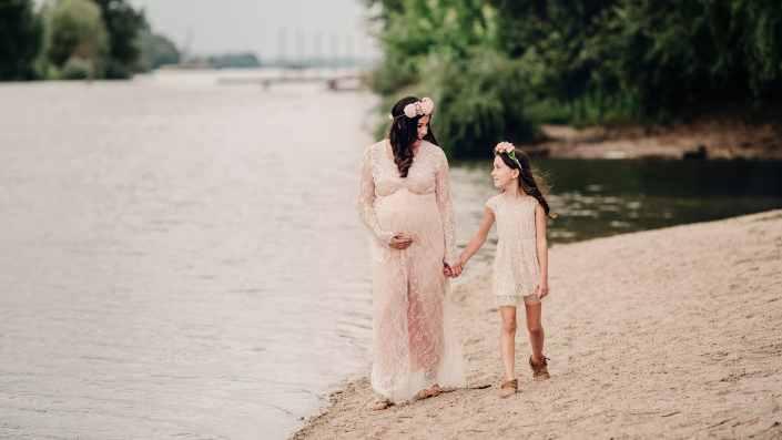kismama a lányával a folyóparton