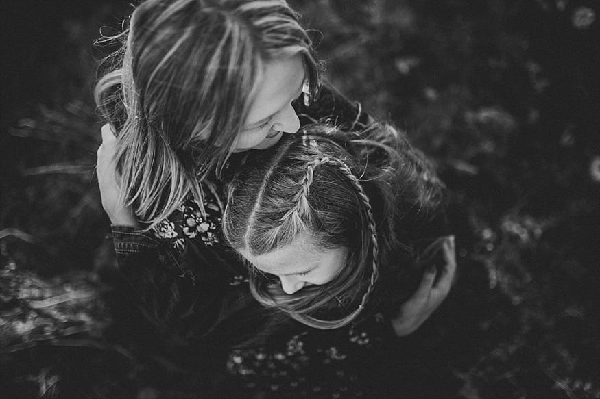 anyuka öleli a gyermekét