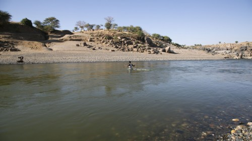 Ethiopians who fled due to the Tigray conflicts and took shelter in Sudan reach the sides of Tezeke River [Getty]
