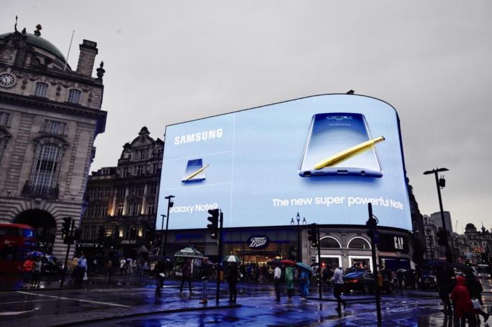 Galaxy Note9 Billboard Fascinates People Worldwide