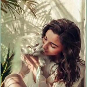 عالیہ بھٹ نے اپنی روٹھی ہوئی بلی کی بوسہ والی فوٹو شئیر کر دی