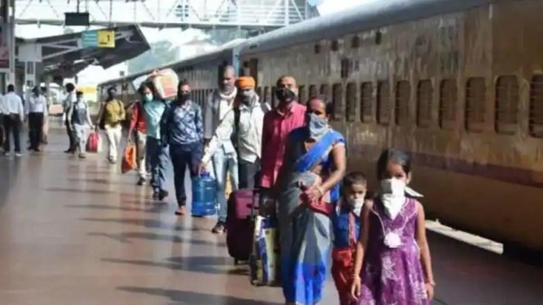 बिहार रेलवे स्टेशन के यात्रियों को कोविद -19 परीक्षण से बचने के लिए भीड़ है।