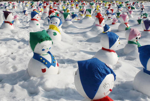 Snowmen are displayed as part of the annual Sancheoneo  (Mount Trout) Ice Festival in Hwacheon, Gangwon Province on Sunday.  /Newsis