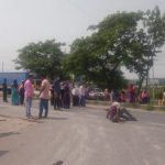 Garment workers block N'ganj road demanding dues