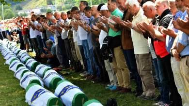 Musulmanes bosnios rezan frente a los cuerpos de 33 hombres recientemente identificados como víctimas de Srebrenica, el pasado 11 de julio de 2019. ELVIS BARUKCIC AFP