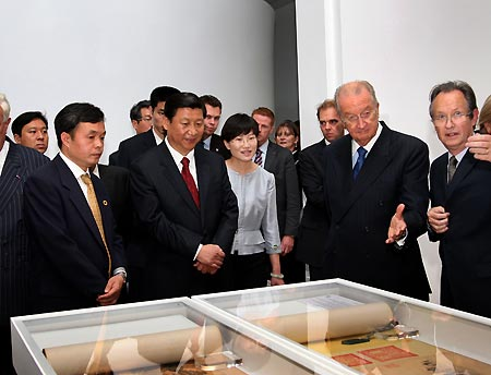 Chinese Vice President Xi Jinping (2nd, L) and Belgian King Albert II (2nd, R) watch exhibits during Europalia China art festival in Brussels, capital of Belgium, Oct. 8, 2009. (Xinhua/Lan Hongguang)