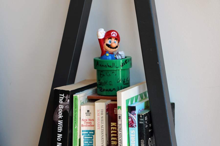 Des livres et un bibelot posés sur une étagère dans les locaux d'English For Life