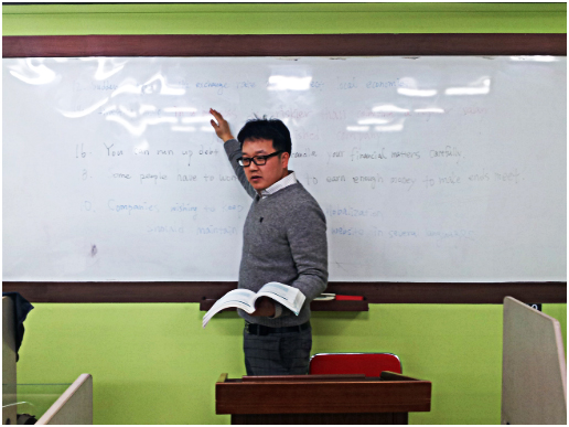 TOEFL instructor Park Jong-uk teaches a class at the International Foreign Language Institute near Ajou University. (PHOTO: Han Jini)