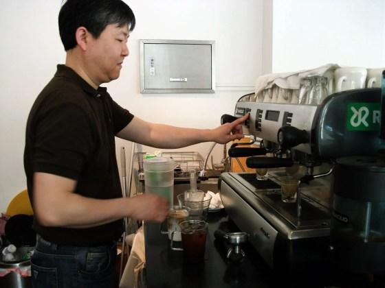 Kohinoor owner Lee Kun-ju prepares coffee. (PHOTO: Kim Da-hye)