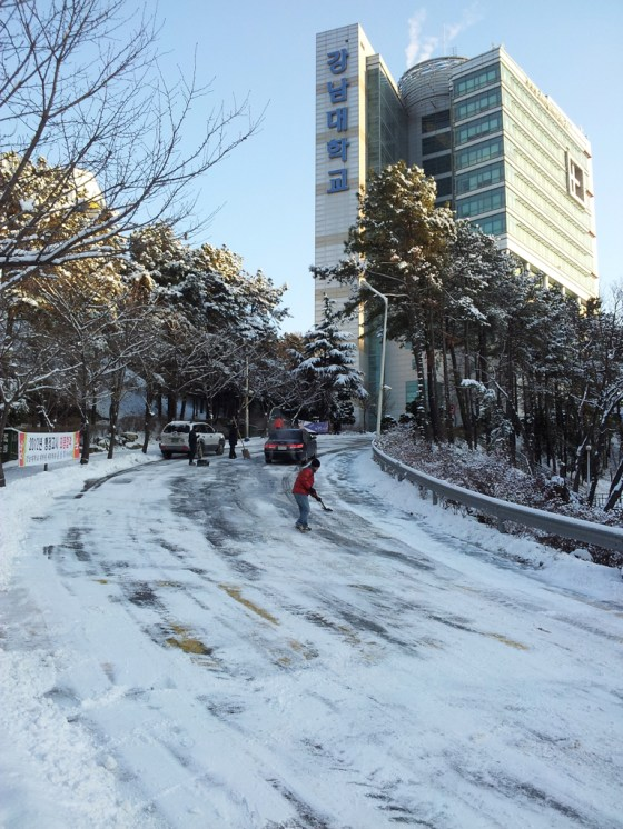 Staff work busily through the morning to clear the streets for drivers and pedestrians on Kangnam University's campus. (PHOTO: Charles Ian Chun)
