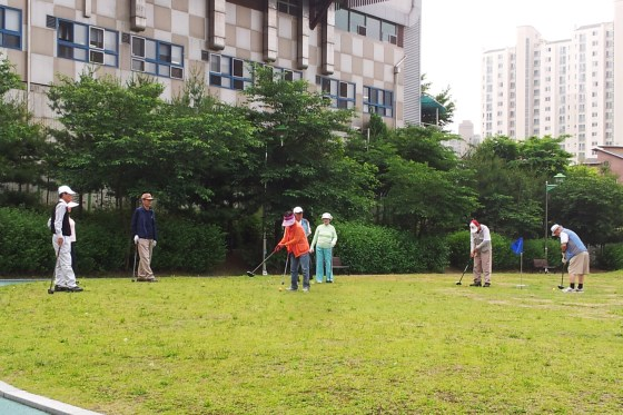 Local elderly play croquet at Kangnam Geullin Park (강남근린공원) in front of Kangnam University. (PHOTO: Charles Ian Chun)