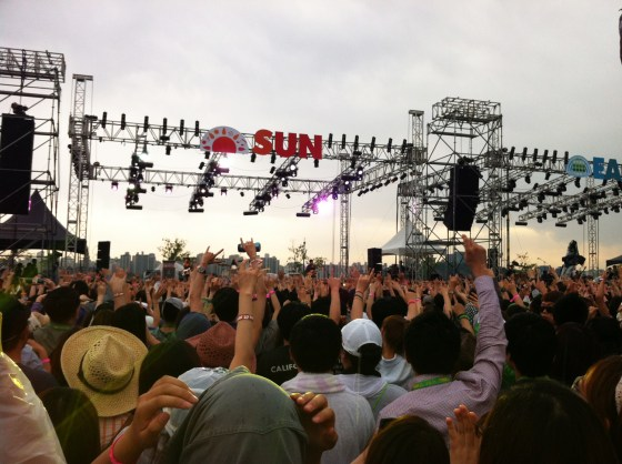 Enjoying good, clean fun at Greenplugged Seoul 2012 (PHOTO: Lee Su-hyeon)