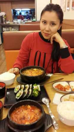 Kazakhstani student Aika enjoys a delicious and inexpensive meal at a Korean canteen.(Photo courtesy of Aika)