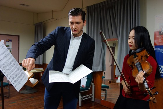 1st Violin of the Berlin Philharmonic Orchestra Dorian Xhoxhi teaches a masterclass for students of Prof. Viktoria Kaunzner at Kangnam University's German School of Music Weimar, 11 Nov 2013. (Photo: Charles Ian Chun)
