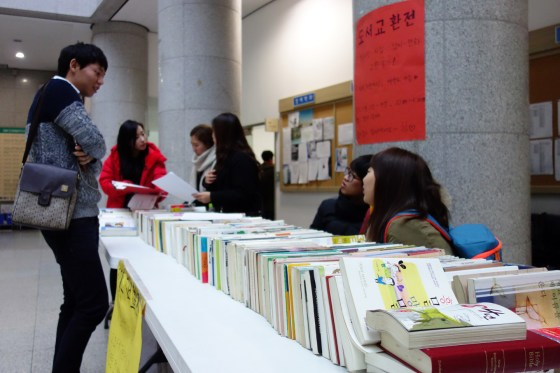Kangnam University student club RRR (Reading Road Research) hold a book swap in the lobby of Shalom Hall. (Photo: Charles Ian Chun)