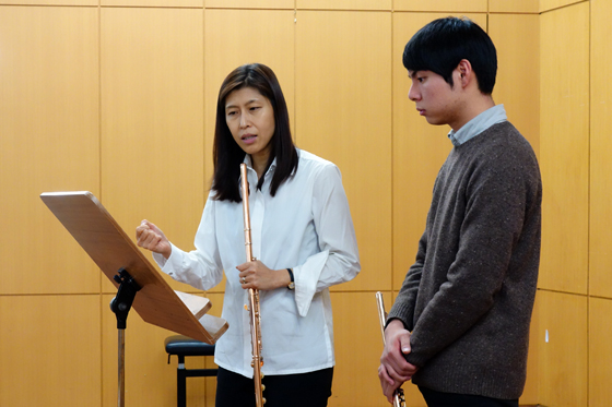 Seoul National University flute professor Yoon Hyeri works on Telemann's Fantasie No. 6 with 1st-year student Yang Sun-min during a masterclass for students of Prof. Philipp Jundt at Kangnam University's German School of Music Weimar. (Photo: Charles Ian Chun)