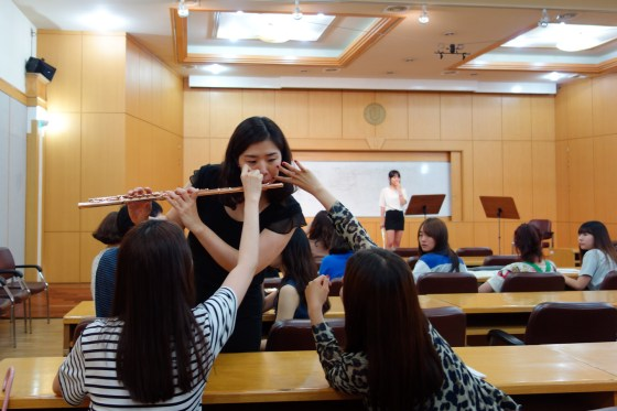 Lecturer Kim So-youn demonstrates proper use of facial muscles for 2nd-year flute students Kim Seong-ryeong (left) and Kang Yu-jung.
