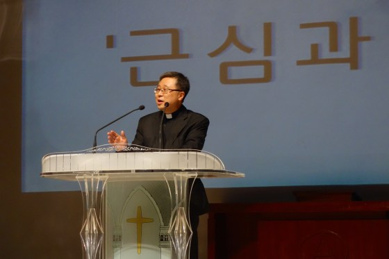 """Kangnam University Pastor Junwoo Lee talks about better days ahead in his sermon """"Anxiety and Worry"""" (근심과 안심) at the KNU Faculty Worship Service. (Photo: Charles Ian Chun)"""