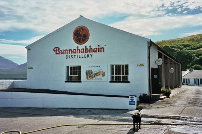 Bunnahabhain Destillery (Photo: Wikipedia)