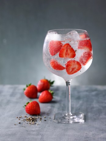 Martin Miller's Gin G&T perfect serve with Strawberry & Pepper / Martin Miller's Gin
