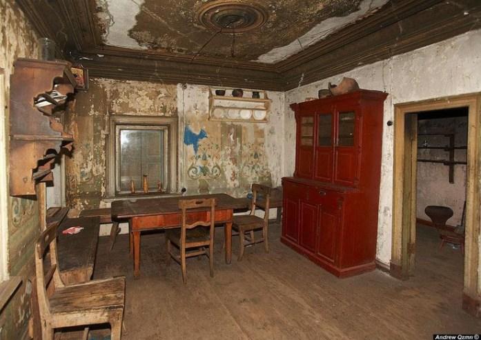 Interior de una casa de madera abandonada en medio de bosques rusas